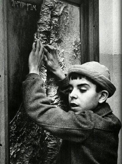 הילד העיוור הממשש תבליט מפת ארץ ישראל, דוד רובינגר, באדיבות ידיעות אחרוונת