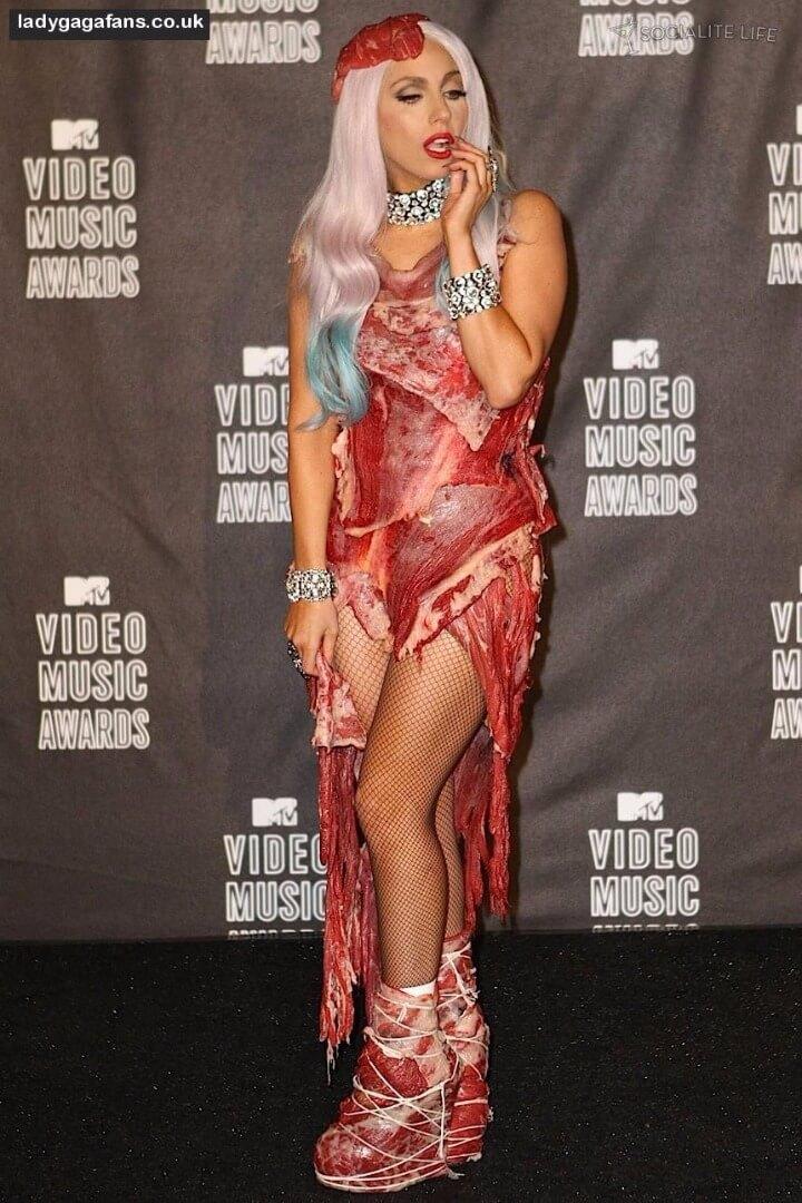 ליידי גאגא, שמלת בשר, דבר העורכת