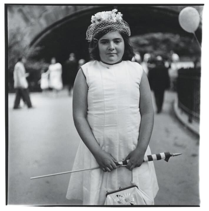 דיאן ארבוז, ילדה עם כובע פסחא ודגל, 1965