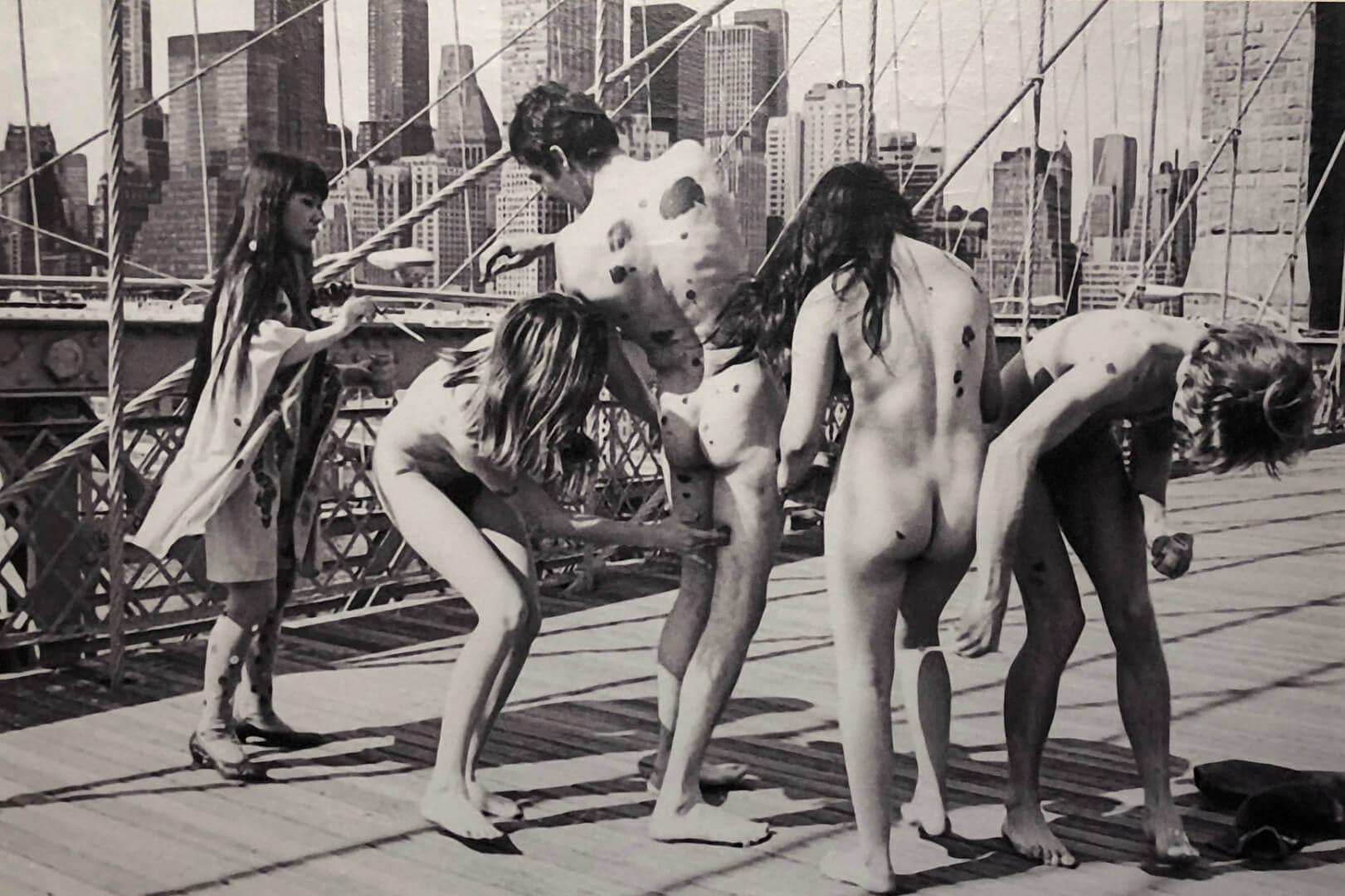 10_Yayoi Kusama, Anti war, Brooklyn Bridge, 1968
