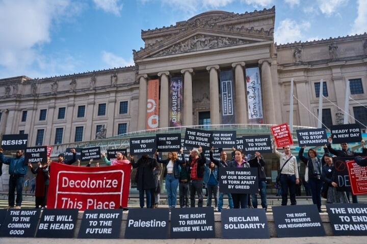 הפגנת דקולוניז דיס פלייס, מוזיאון ברוקלין, 2018