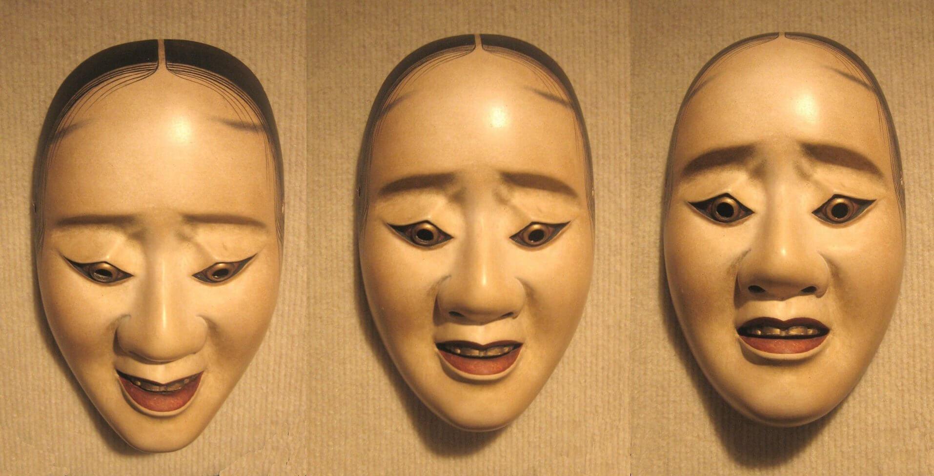 מסכות נו יפניות, של אותה דמות, כשהטיית הראש מסמלת מצב רוח שונה