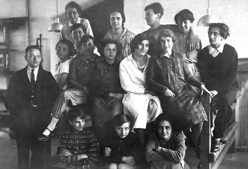 בנות כיתת השטיחים, דסאו 1930