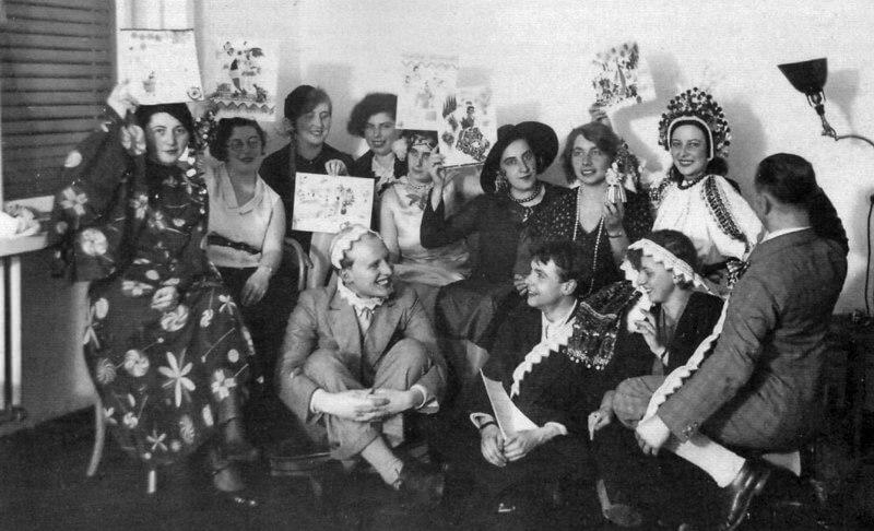 מסיבת סיום התואר, מחזיקות תעודות שסטולץ ארגה להן, 1931