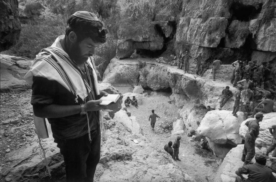 בר-עם, מתנחלי גוש אמוני בתפילה בוואדי קלט, 1974