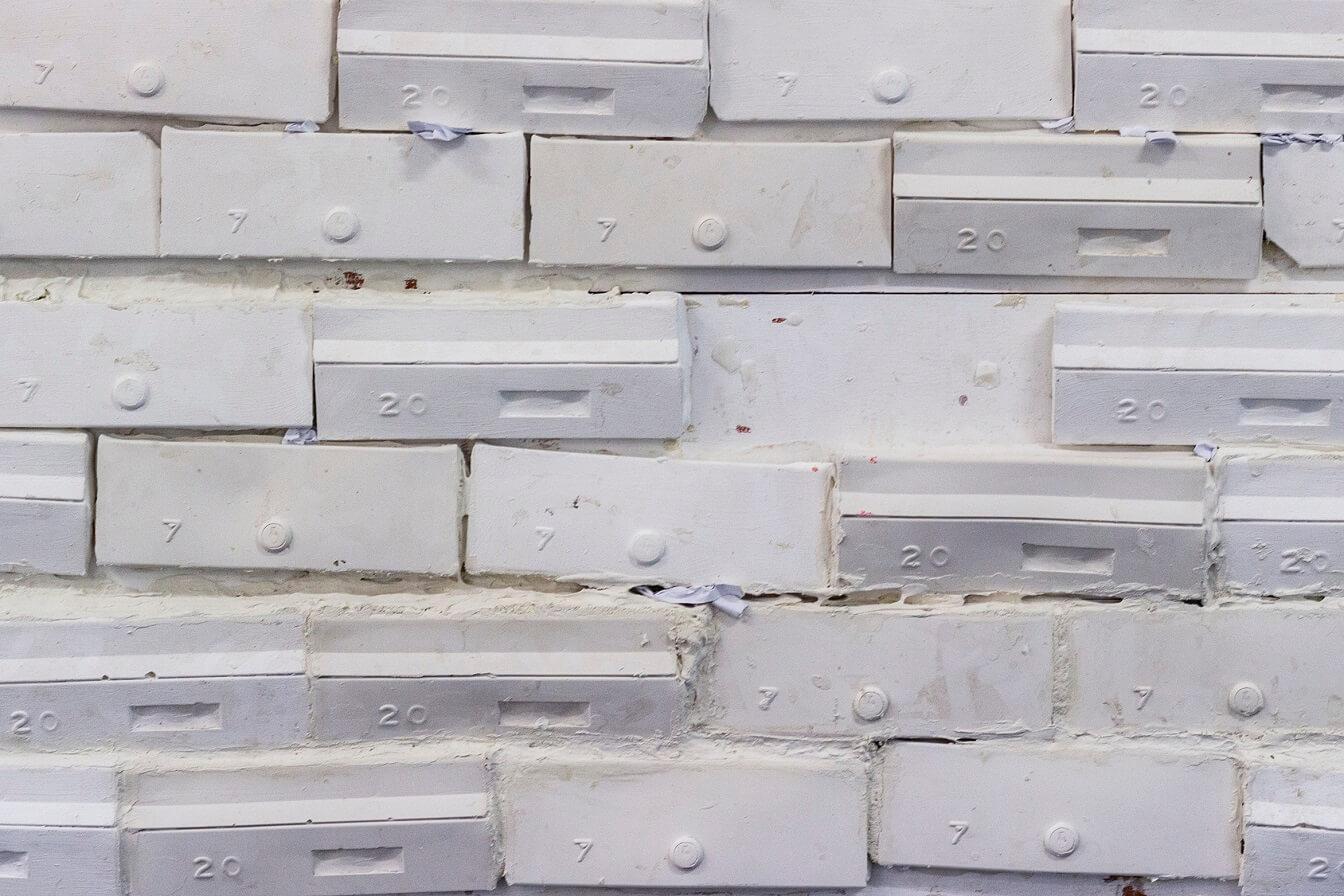 עמית לבלנג, קיר, פרט, 2019, יציקות גבס, רובה, דיקט 150x200cm Amit Leblang, Wall, 2019, Plaster casts, grout and plywood (1)